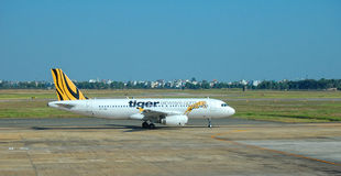 Zivilflugzeuge, die an internationalem Flughafen Mandalays parken Lizenzfreie Stockfotografie