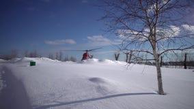 Zivilhubschrauber MI-2 mit drehenden Schrauben am schneebedeckten Hubschrauber-Landeplatz stock footage