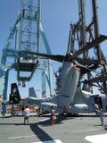 Zivilisten prüfen einen Osprey MV-22 Stockfotos