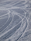 Zjazdowi narta ślada na narciarskim skłonie Fotografia Stock