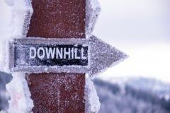 Zjazdowy kierunku wskaźnik, śnieżny znak na niebo kurorcie i góry w tle, zdjęcie stock