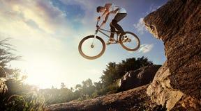 Zjazdowy roweru górskiego jeździec Fotografia Royalty Free