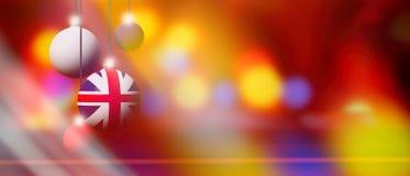 Zjednoczone Królestwo flaga na Bożenarodzeniowej piłce z zamazanym i abstrakcjonistycznym tłem Zdjęcie Stock