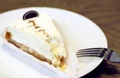 Zjedzony cheesecake na białym talerzu w górę zdjęcia royalty free