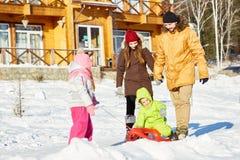 Zlana rodzina na zima spacerze zdjęcie stock