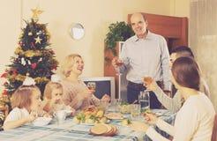 Zlana rodzina przy świątecznym stołem obrazy stock