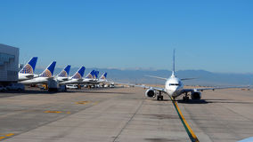 Zlany linia lotnicza samolot taxiing na pasie startowym obraz royalty free