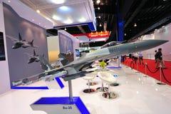 Zlany Samolotu Korporacja multirole wojownik na pokazie przy Singapur Airshow Sukhoi Su-35 (UAC) zdjęcie royalty free