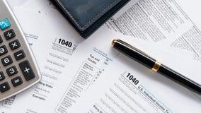 Zlany 1040 stanu zwrota podatku indywidualna forma z piórem zdjęcia stock