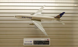 Zlany wzorcowy samolot dekorujący przy Tokio lotniskiem międzynarodowym obraz royalty free