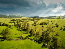 Zlatibor山的风雨如磐的风景和Crni Rzav放出 免版税库存图片