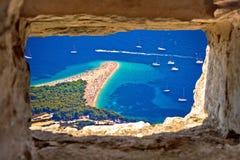 Zlatni tjaller flyg- sikt för strand till och med stenfönster royaltyfri foto