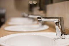 Zlew i faucets w łazience obraz stock