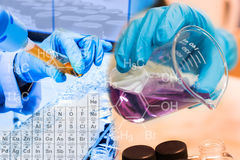 Zlewka w naukowiec ręce i pełni substanci chemicznej w próbnej tubki naukowa z wyposażeniem i nauka eksperymentami Zdjęcia Royalty Free
