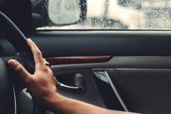 Zli warunek pogodowy na drodze w mieście - ulewa obrazy royalty free