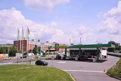 Zlin,捷克共和国- 2018年6月02日:加油站在Tomas有历史工业buildi的巴塔街道附近命名了与汽车的MOL 库存照片