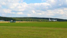 Zlin plat Z-42M se soulevant vers le haut du planeur L-13 Blanik Images libres de droits