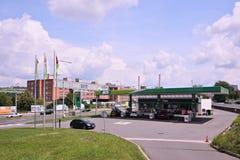 Zlin Tjeckien - Juni 02, 2018: bensinstationen namngav MOL med bilar nära den Tomas Bata gatan med historisk industriell buildi Arkivfoton