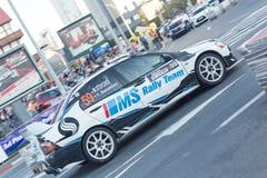 Zlotny samochód podczas miastowej rasy Zdjęcie Stock