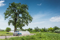 Zlotny samochód przy Danube delty wiecem 2016 obraz royalty free
