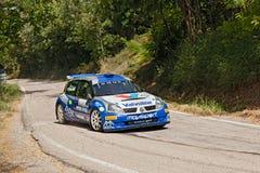 Zlotny samochodowy Renault Clio obrazy stock
