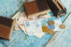Zloty polacca con i portafogli sui precedenti di legno Fotografie Stock Libere da Diritti