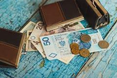 Zloty polacca con i portafogli sui vecchi precedenti di legno Immagine Stock Libera da Diritti