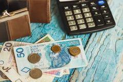 Zloty polacca con un portafoglio e un calcolatore, fondo di legno Fotografia Stock Libera da Diritti