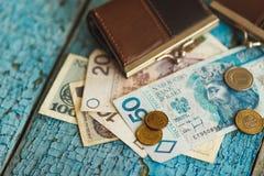 Zloty polacca con un portafoglio sui precedenti di legno Immagini Stock
