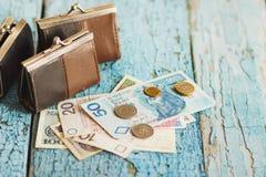 Zloty polacca con un portafoglio sui precedenti di legno Fotografie Stock