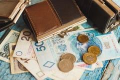 Zloty polacca con un portafoglio sui precedenti di legno Fotografia Stock