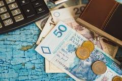Zloty polacca, un portafoglio e calcolatore, fondo di legno Immagini Stock Libere da Diritti
