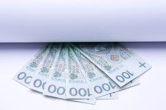 Zloty polacco dei soldi, banconote nell'ambito di rotolo di carta Immagine Stock