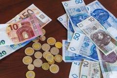 Zloty polonais - billets de banque et pièces de monnaie d'argent de zl avec d'euro billets de banque photographie stock