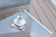Zloty vingt polonais et tasse de café vide sur une table en verre de café extérieur Paiement, astuce photo stock