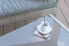 Zloty vingt polonais et tasse de café vide sur une table en verre de café extérieur Paiement, astuce photographie stock libre de droits
