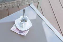 Zloty vingt polonais et tasse de café vide sur une table en verre de café extérieur Paiement, astuce images stock
