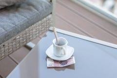 Zloty vingt polonais et tasse de café vide sur une table en verre de café extérieur Paiement, astuce image libre de droits
