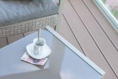Zloty vingt polonais et tasse de café vide sur une table en verre de café extérieur Paiement, astuce photographie stock