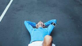 zmęczony atlety lying on the beach na śladzie na ulicie po nieudanej działającej sesji zdjęcia royalty free