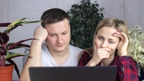 Zmęczony i sfrustowany zegarek w laptopu monitorze faceta i dziewczyny zdjęcie wideo