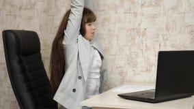 Zmęczony kobieta urzędnika dosypianie na biurku przy pracą biznesowa kobieta osłabiał przy pracą i spadał uśpiony przy zbiory