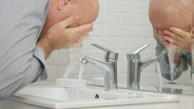 Zmęczony mężczyzna Myje Jego twarz z świeżą wodą od zlew Faucet w łazience obrazy stock