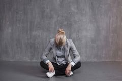 Zmęczenie, fachowy burnout Młoda kobieta w garnituru obsiadaniu w Lotosowej pozie, głowa puszek fotografia stock