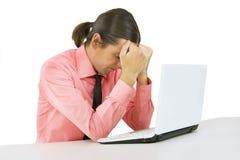 Zmęczenie: młody człowiek z laptopem nad białym tłem zdjęcie stock