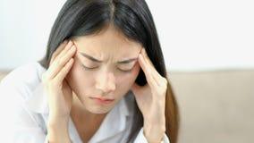 Zmęczona biznesowa kobieta pracuje w ministerstwo spraw wewnętrznych, Ruchliwie Azjatycka dziewczyna z migreną przy pracą, proble zbiory wideo