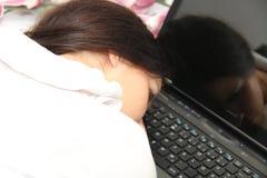 Zmęczona biznesowa kobieta spadał uśpiony obok laptopu Zdjęcia Stock