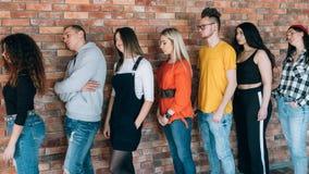 Zmęczona czekań millennials kolejka posyła cierpliwość zdjęcia stock
