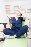 Zmęczona dentysta lekarka ma migrenę Zdjęcie Stock