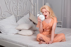 Zmęczona dziewczyna chce spać i ustawia alarm Obraz Stock